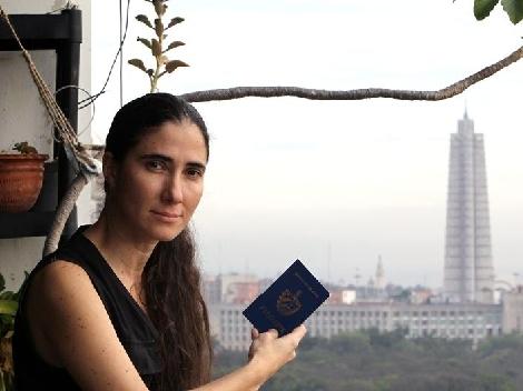 Yoani exibe o novo passaporte com a expectativa de fazer muitas viagens