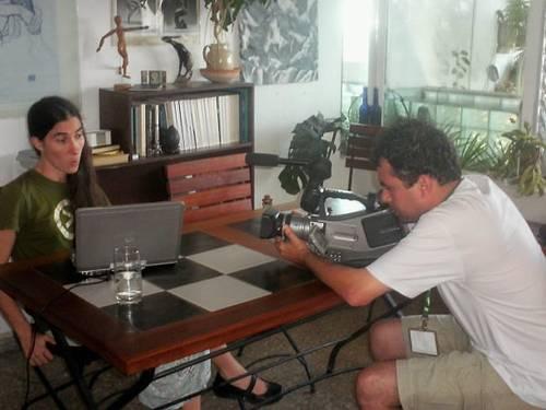 Dado Galvão e a blogueira durante as filmagens do doc em Cuba