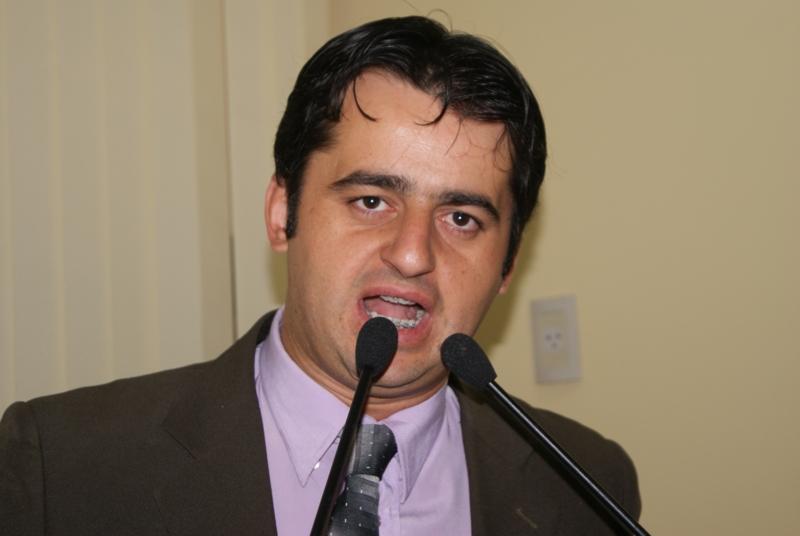 A sessão é coordenada pelo presidente da Casa, Fernando Jacaré