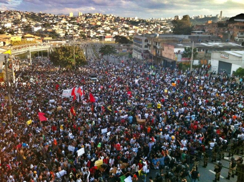 BELO HORIZONTE (MG) - A Avenida Antônio Carlos foi tomada por mais de 20 mil manifestantes