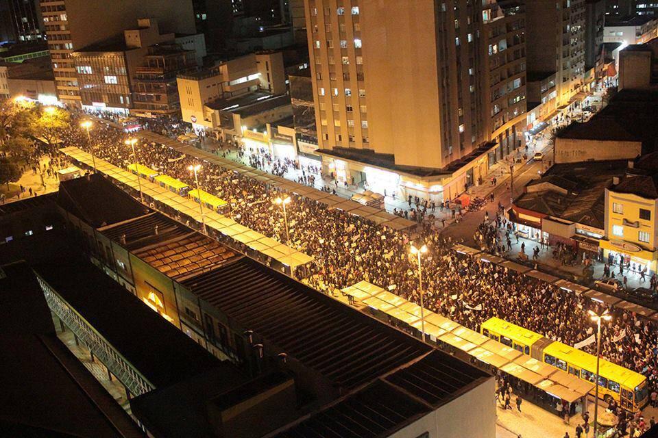 CURITIBA (PR) - 15 mil pessoas na rua