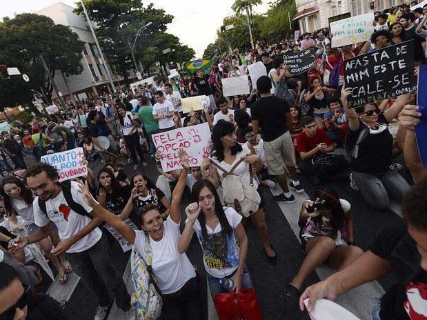 FORTALEZA (CE) - As pessoas se manifestaram na região central da cidade