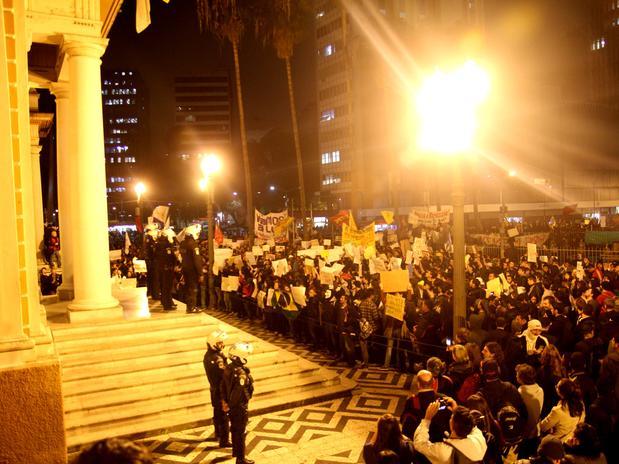PORTO ALEGRE (RS) - As manifestações ocorreram em frente à prefeitura