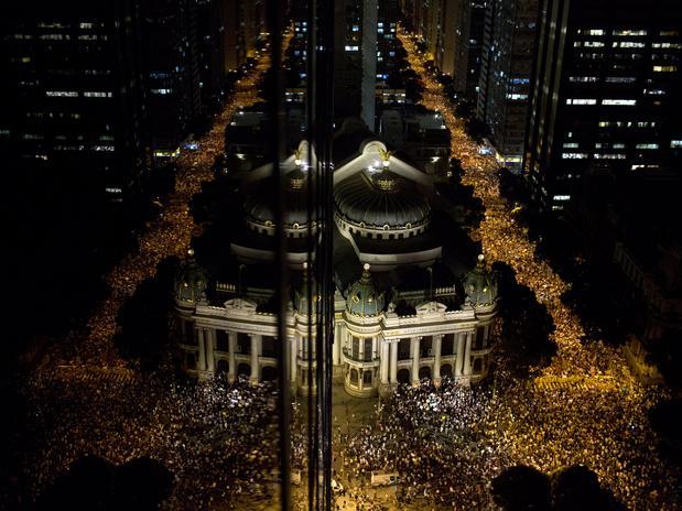 RIO DE JANEIRO (RJ) - Milhares de manifestantes em torno da Assembleia Legislativa to