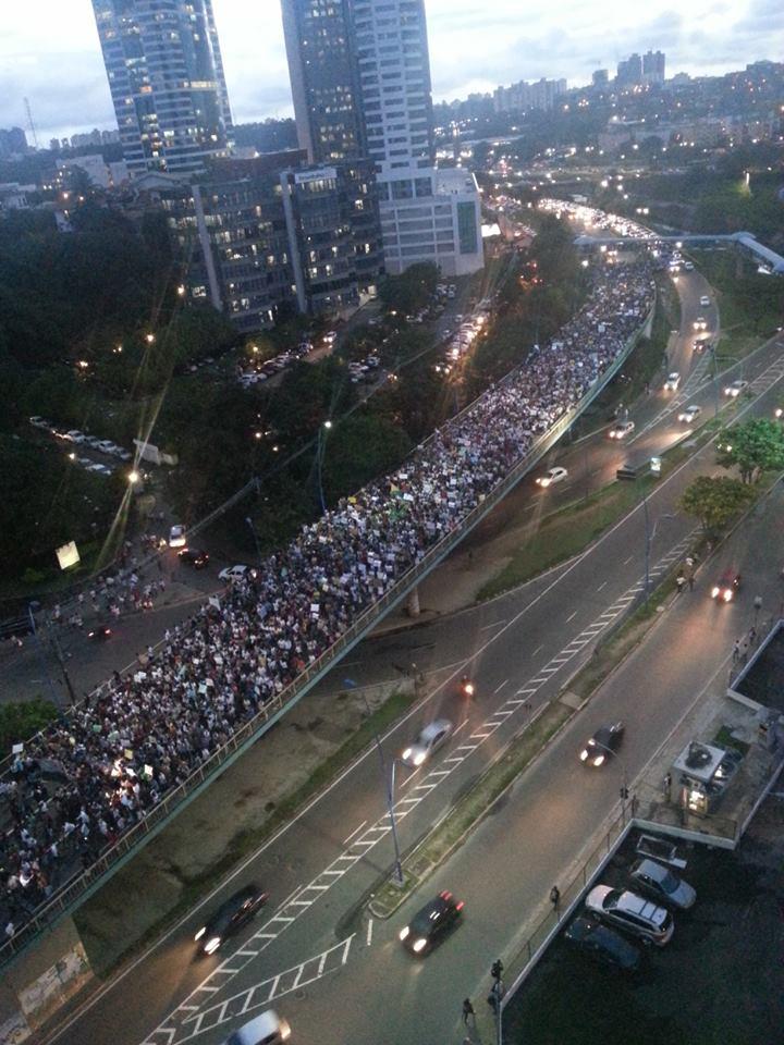 SALVADOR (BA) - Milhares de pessoas foram as ruas protestar