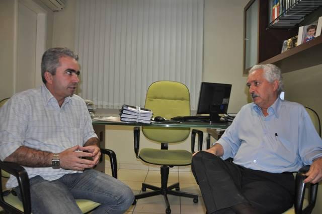 O vereador Florisvaldo, autor da proposta, e o advogado e historiador Rui Medeiros, que também foi preso e torturado pelos militares