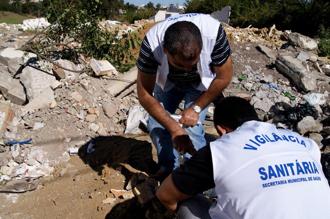 Por meio da Vigilância Sanitária e da Coordenação Municipal de Limpeza Pública, a prefeitura tem identificado lugares que têm servido para o descarte irregular de entulhos