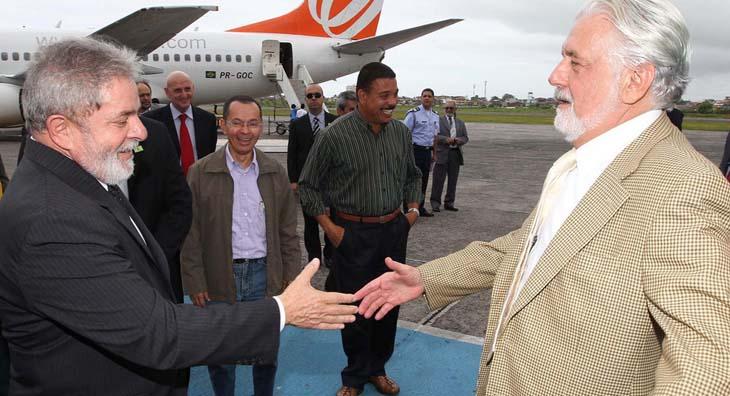 O governador Jaques Wagner com o então presidente Lula, em dezembro de 2010, quando assinaram ordem de serviço para o início das obras da Ferrovia da Integração Oeste-Leste, em Ilhéus.