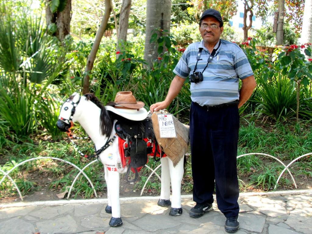 Fotógrafo Elenildo Rodrigues e o cavalinho do Neves